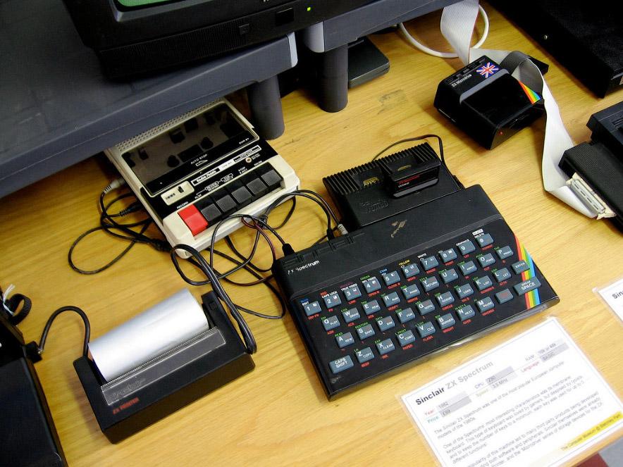 6. Если заполучить топовую модель ZX Spectrum с дисководом не удавалось, то на столе обосновыва