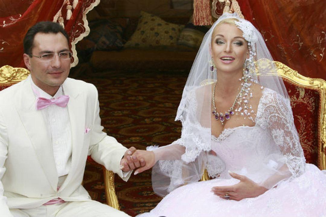 Весной 2013 года Анастасия начала встречаться с Бахтияром Салимовым. Они познакомились в День всех в