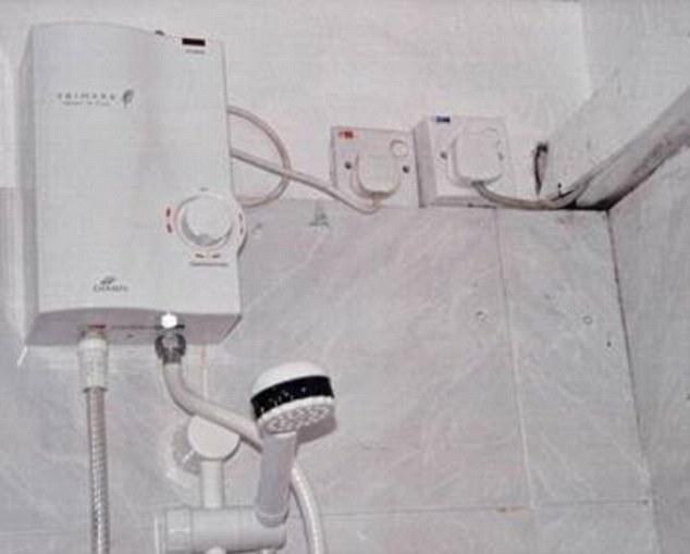 2-е место завоевал отель на Мальдивах, где вот такой душ. Тут даже двойной удар — две розетки рядом