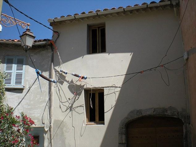 Как ни странно, но в Сан-Тропе тоже, очевидно, экономят на электриках. Или просто не смотрят на задн
