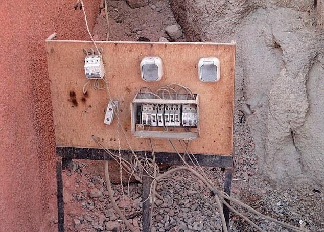 Это «творение» электриков тоже вошло в дюжину худших, согласно голосованию.