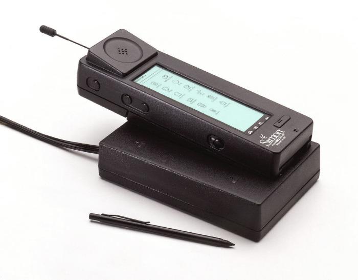 IBM Simon (1994). Это был первый телефон с сенсорным экраном и приложениями. IBM Simon, которым можн