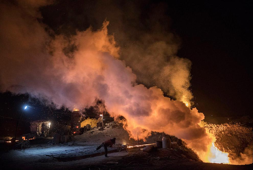 8. Рабочий нелегального сталелитейного завода. (Фото Kevin Frayer):