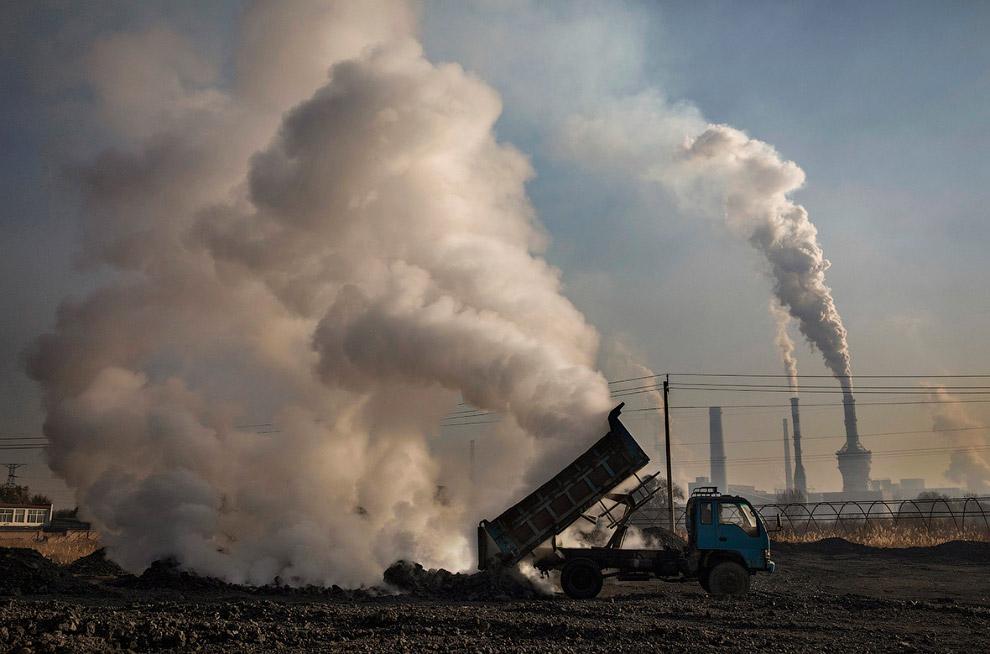 21. Свалка отходов с подпольного сталелитейного завода. (Фото Kevin Frayer):