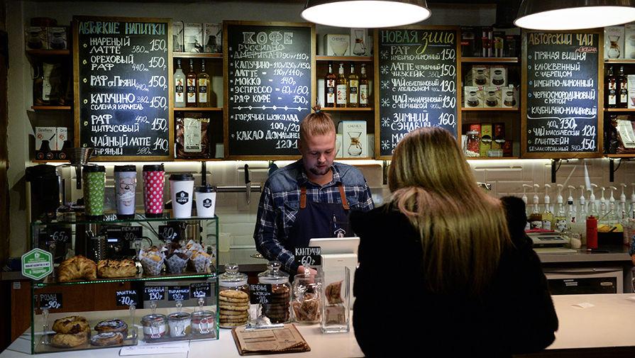 Бариста обслуживает посетителей в одной из новосибирских кофеен
