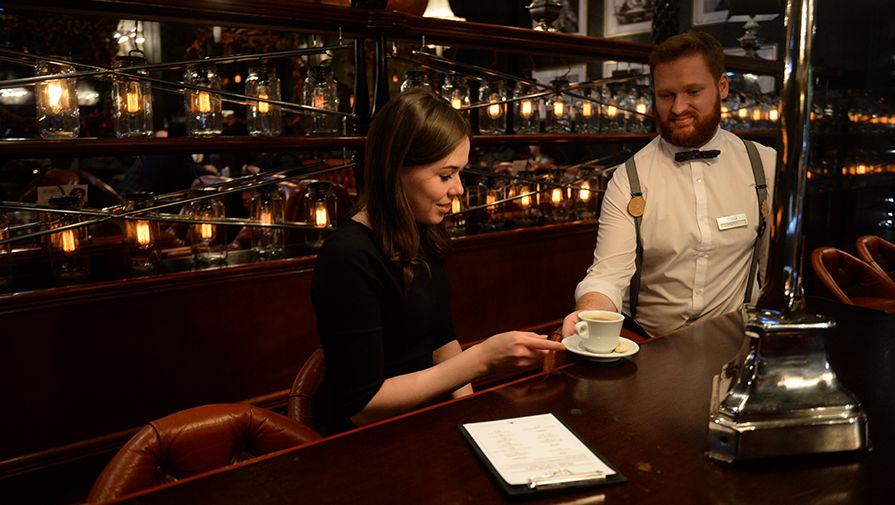Бариста обслуживает клиентов в одном из кафе Екатеринбурга