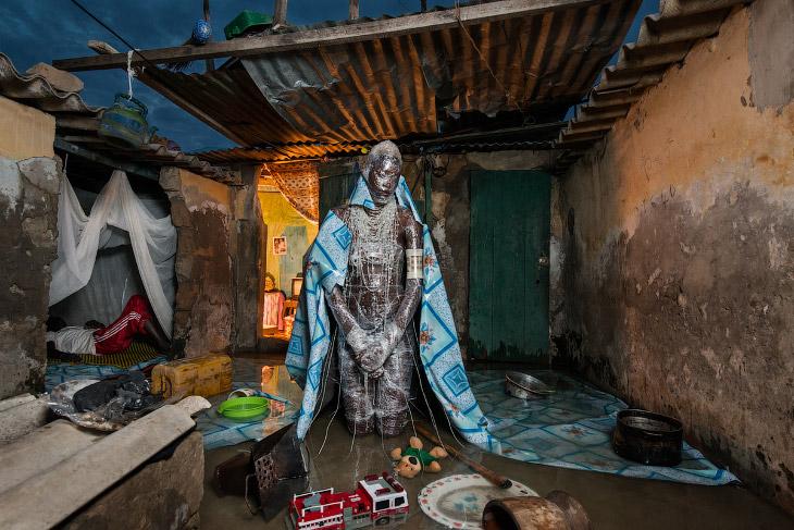 2. Красота и уродство покрышек, жестяных банок и пластиковых оберток. (Фото Fabrice Monteiro | Photo