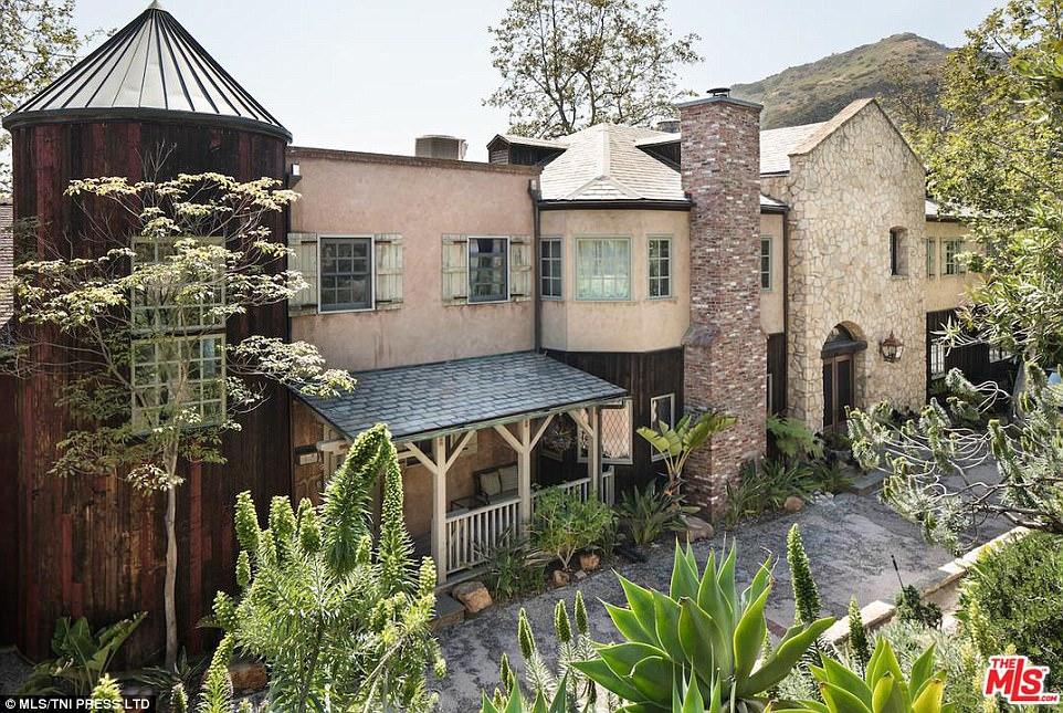 Общая площадь дома, построенного в 1996 году, составляет 611 квадратных метров. В наличии пять спале