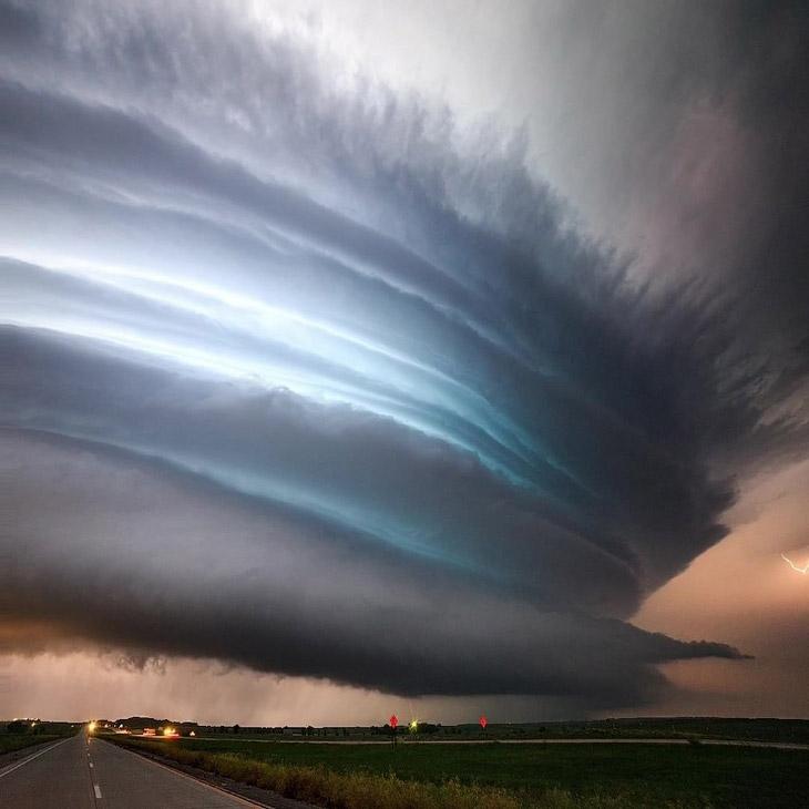 Фотограф проводит мастер-классы по поиску и съёмке погодных явлений в США. Например, уже сейчас можн