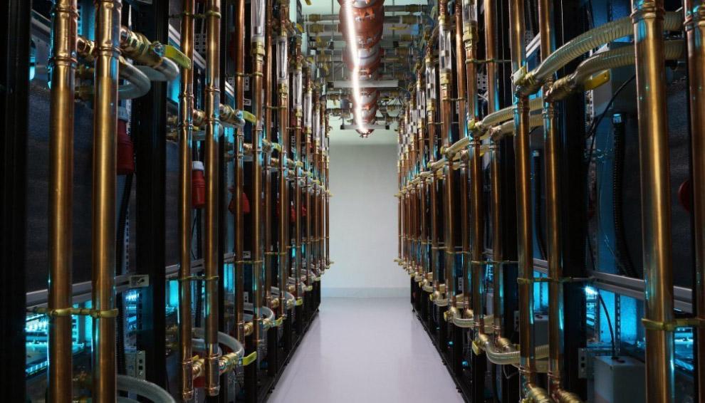 14. Та же ферма. В шкафах находятся сервера, занимающиеся обработкой математических задач для м