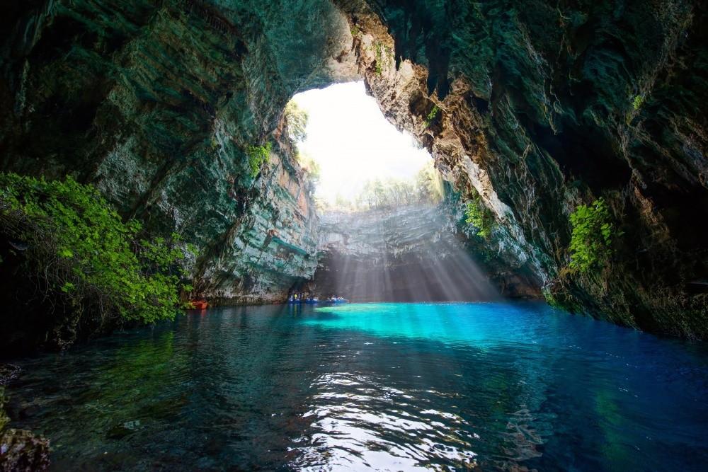 Пещера Мелиссани на острове Кефалония — это невозможная красота. Природная пещера с огромной дырой в