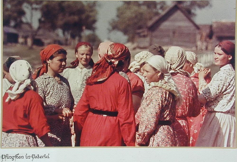 Советские крестьянки на день Святой Троицы в деревне Патерки (Paterki). Калужская область В своем дн