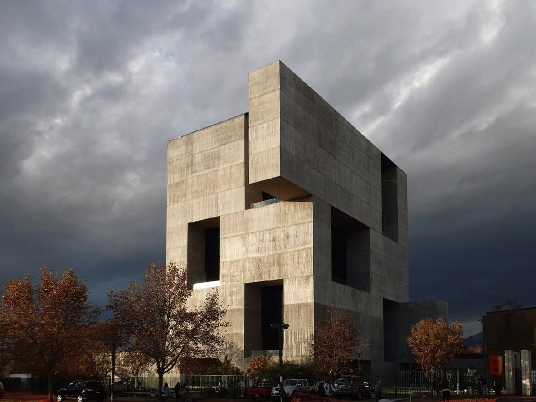 Архитектор Алехандро Аравена ставил перед собой цель построить здание, которое будет призвано стать