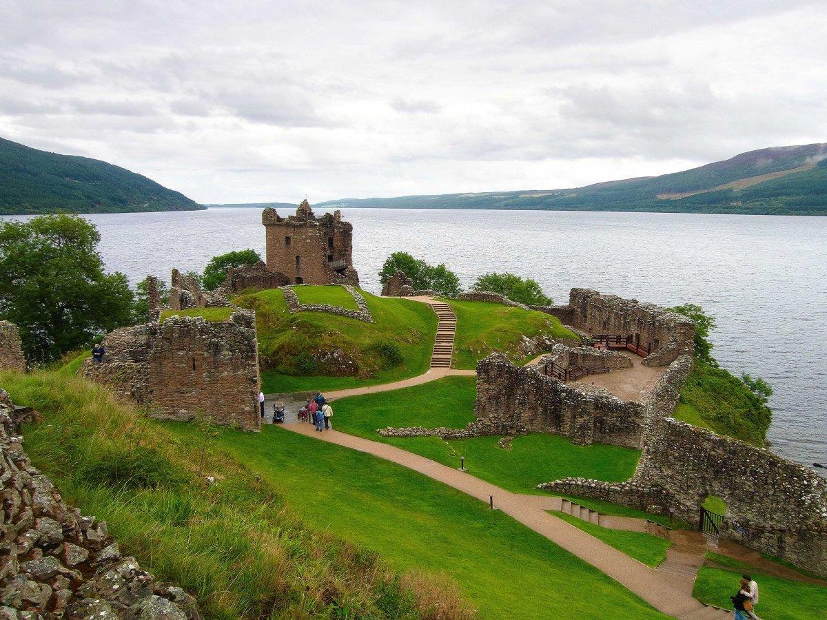 18. На берегу озера Лох-Несс расположены развалины замка Аркарт.