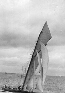 Снятие паруса с яхты во время соревнований