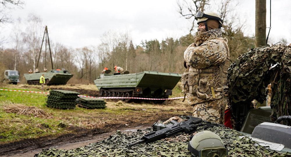Латвийские полицейские, сопровождавшие конвой НАТО, влетели вбензовоз