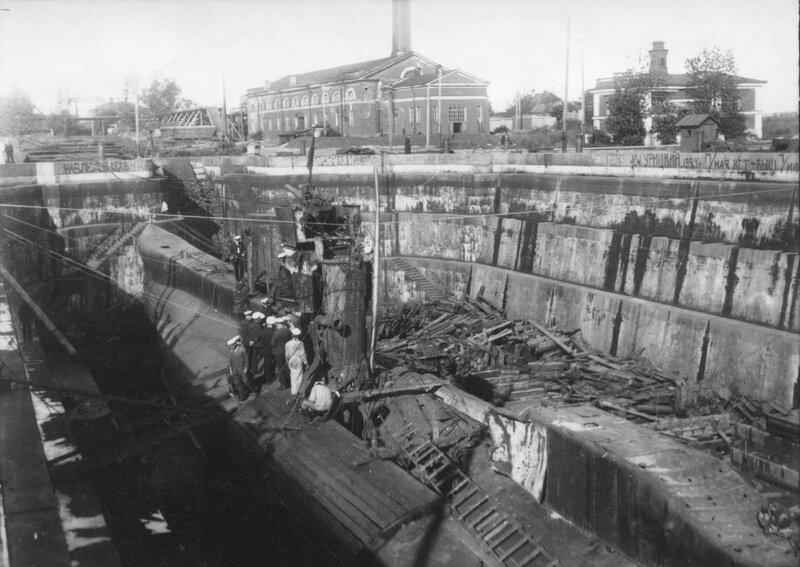 Британская подводная лодка L55 в Александровском доке Кронштадта 1928 год