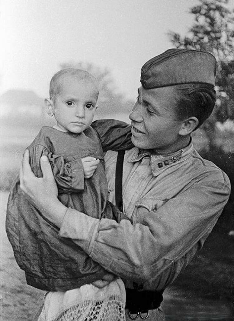 Советский солдат со спасенной девочкой