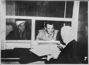 Геринг говорит в тюрьме со своим адвокатом Отто Штаммером
