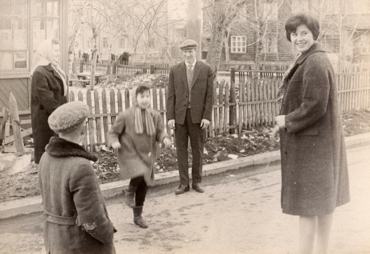 1964. Во дворе дома № 44 по Федеративному проспекту