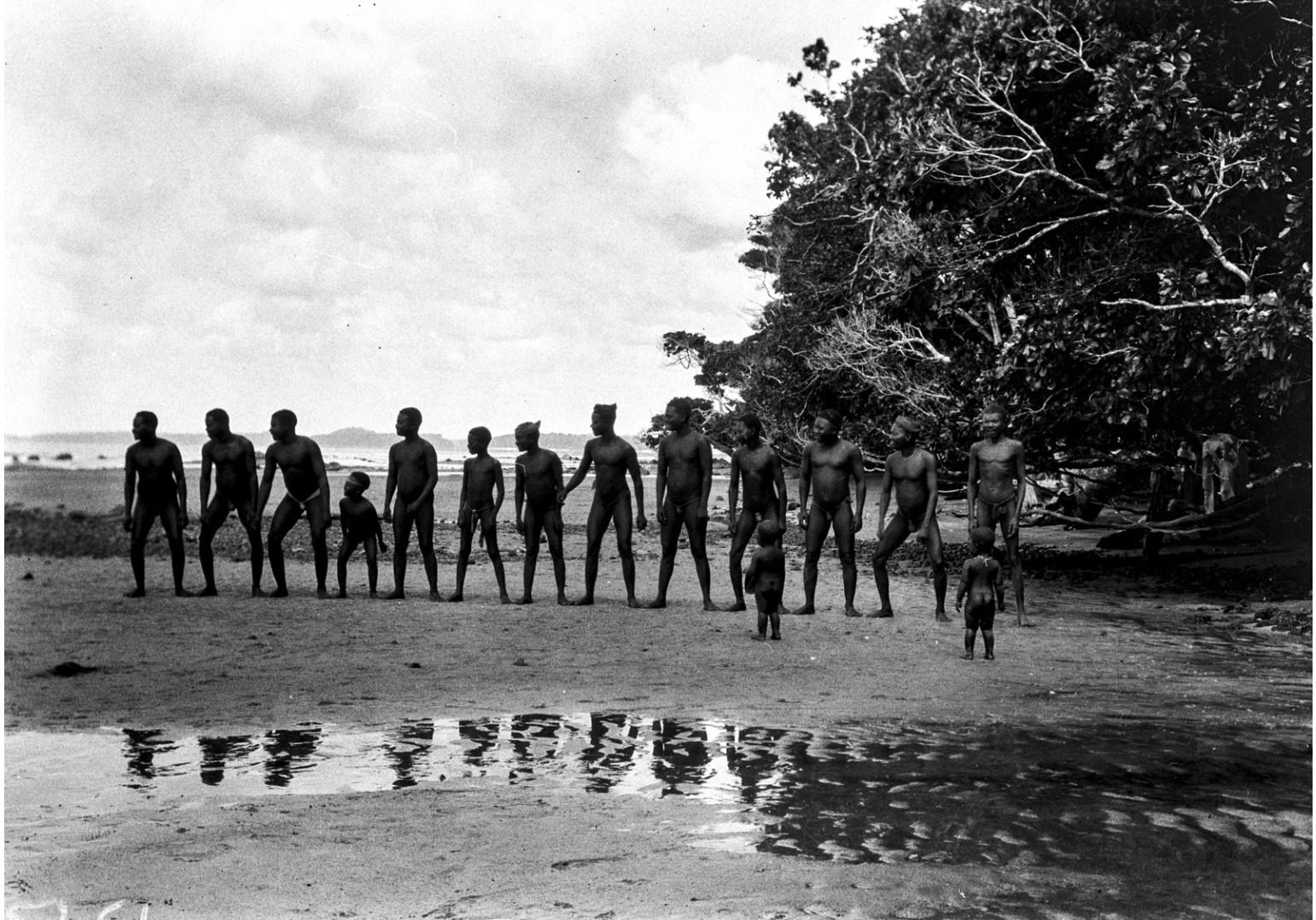 1196. Народность онге. Группа мужчин танцует на берегу