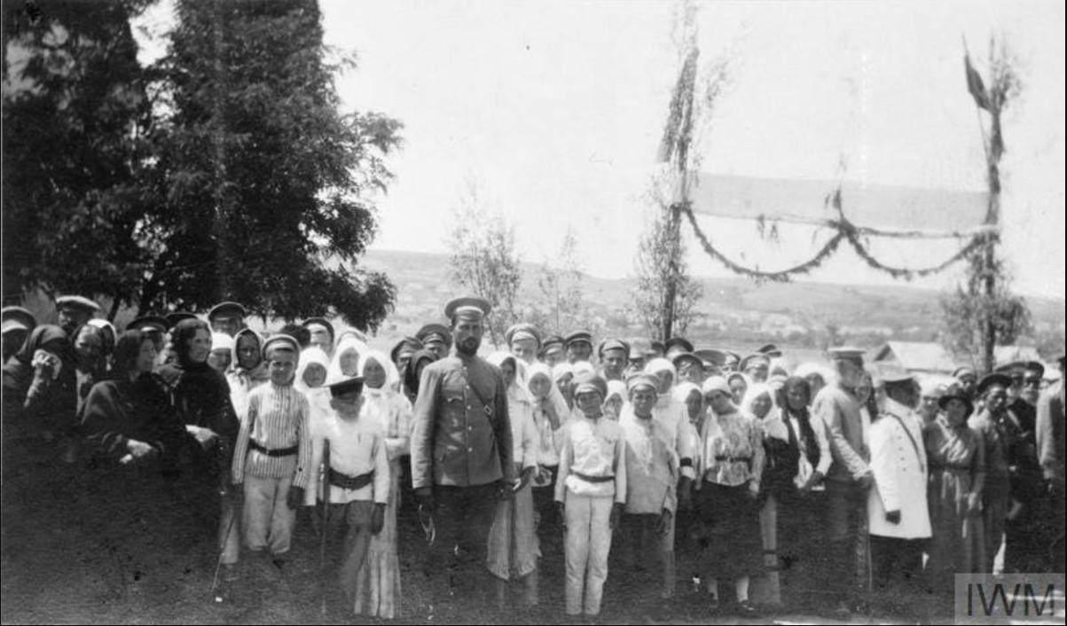 Казачьи офицеры III Донского корпуса и жители станицы Казанской в ожидание встречи с офицерами союзников летом 1919