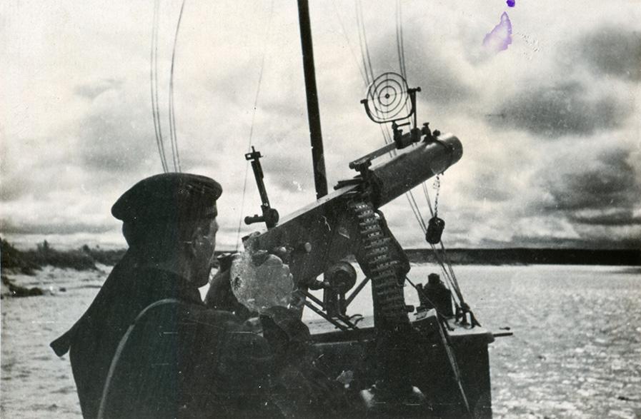 Днепровская военная флотилия на учениях КОВО 09.1935 г. Пулеметчик на бронекатере БК-5 (тип «Н»)