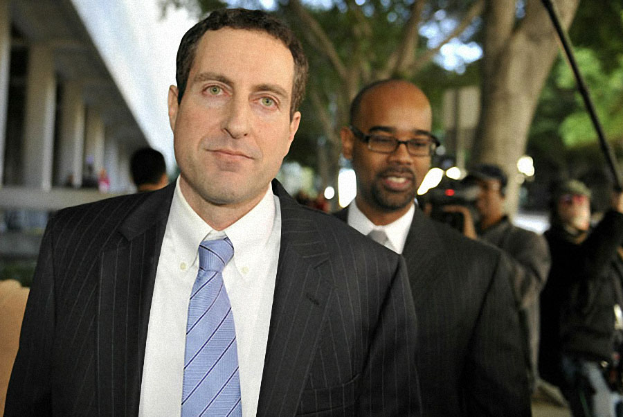 Говард К. Стерн покидает здание суда в Лос-Анджелесе 6 января 2011 года после того, как его обвинили