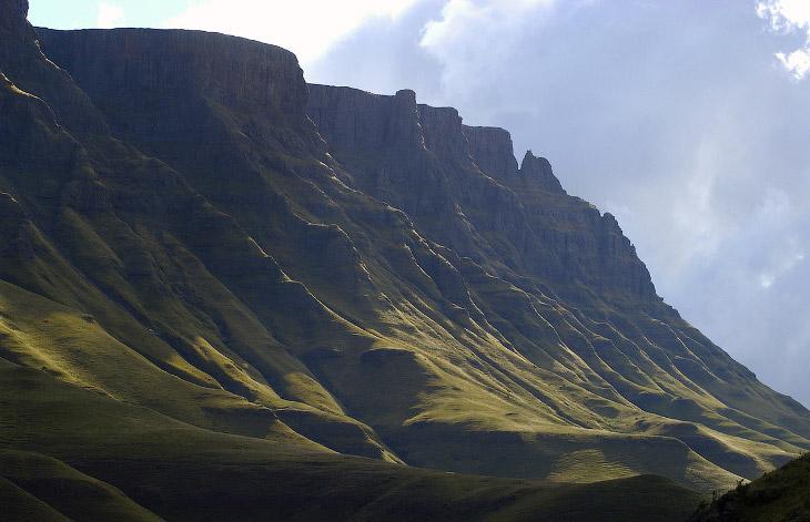 Королевство Лесото — это анклав, полностью окружённый территорией Южно-Африканской Республики.