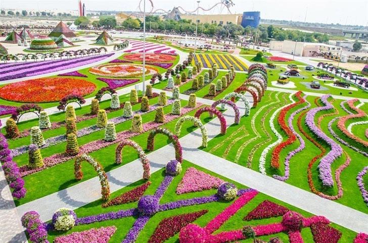 Вы только посмотрите на эти сады. Наверняка целая рота ландшафтных дизайнеров не на шутку заморочила