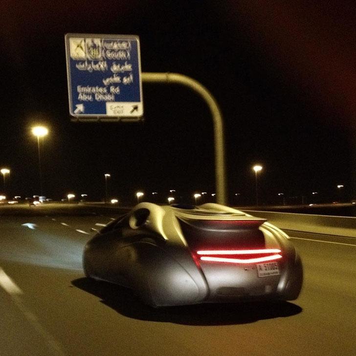 Просто обычный концепт-кар гоняет по ночному городу, ничего такого.