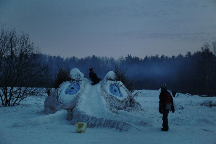 Помимо крепости, организаторы каждый год строят на поляне снежные фигуры.