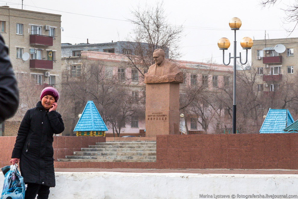 Паровоз поставлен около станции «Городская» в честь 50-летия Байконура.