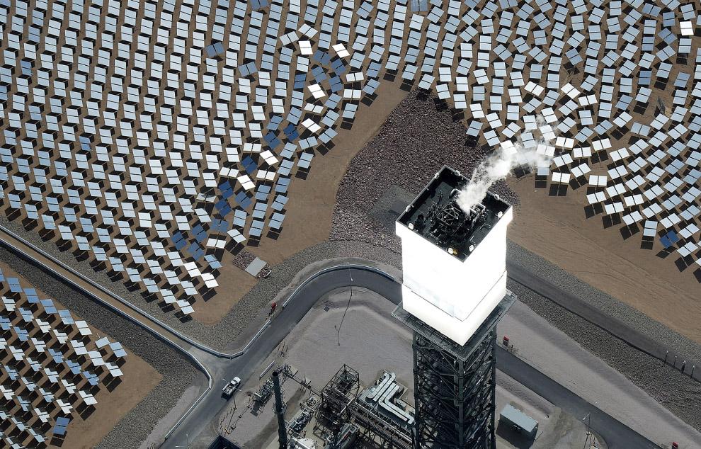 Так светится башня-приемник солнечной энергии с котлами внутри. (Фото Ethan Miller | Getty Images):