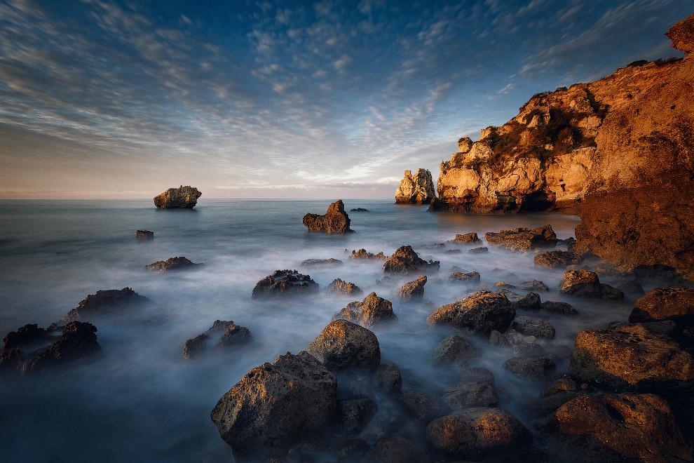 3. Удивительные по красоте скалистые обрывы, уходящие в океан, одинокие каменные гиганты, стаи