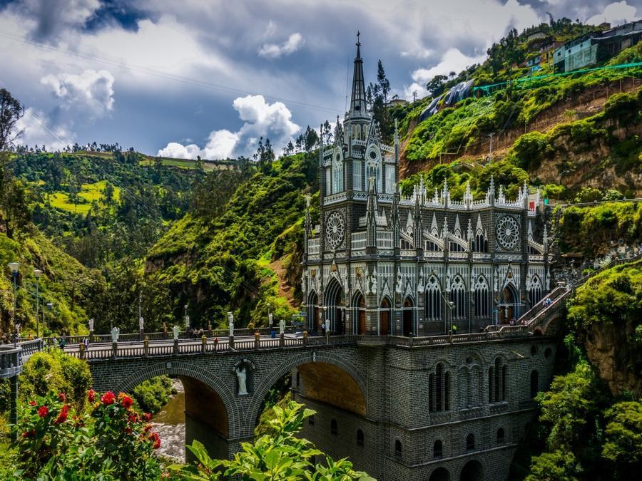 20. Мост, ведущий в церковь Лас-Лахас, Колумбия