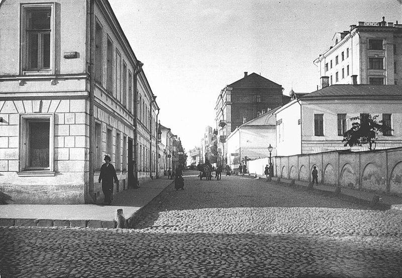 3. Вид на Крестовоздвиженский переулок, справа усадьба Бутурлиных, она же усадьба Р.И. Воронцова, 19