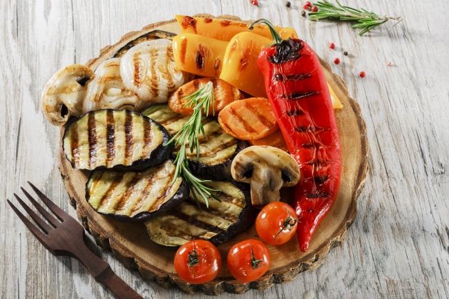 Пока разгорается костер, можно уже сделать теплый овощной салат. Это отличная закуска клюбому основ