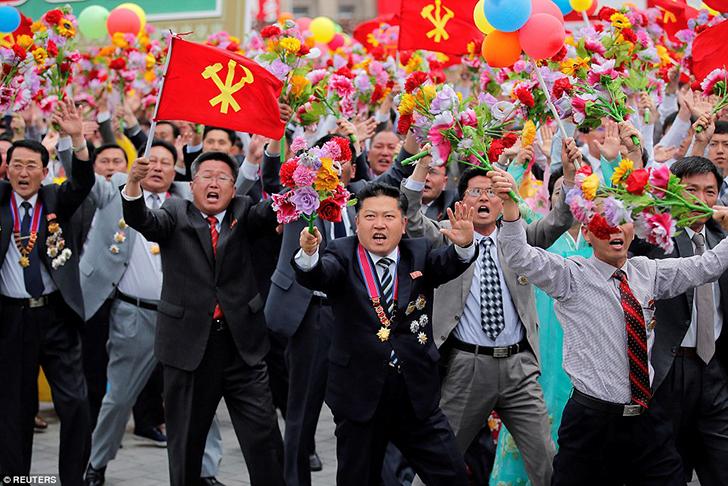 Так корейцы приветствовали своего вождя, когда он появился на трибуне. Это у них считается «взглядом