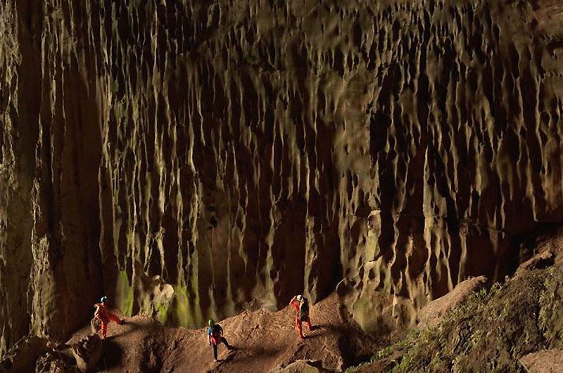 8. Эту удивительную структуру на камнях создавали потоки воды в течение многих тысяч лет. В некоторы