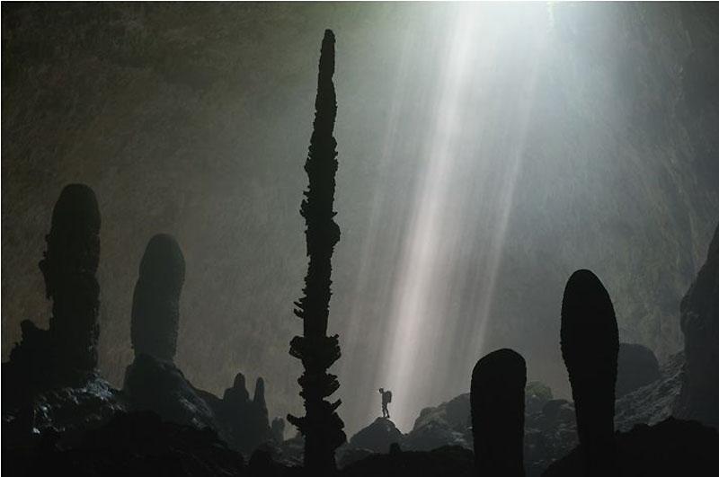 18. Гигантские сталагмиты в лучах света похожи на каменные кактусы (получился бы отличный иск