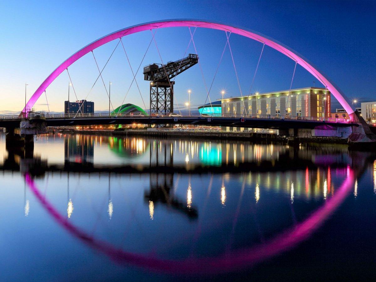 15. Ярко освещенный мост Clyde Arc Bridge в Глазго.