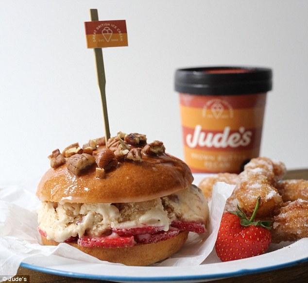 Столица не отстает: сладкий бургер сделан из клубники, мороженого и орехового масла.
