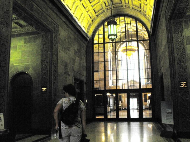 Дверь,  украшенная  рисунком  золотистого  цвета  (слева)  в  фойе.
