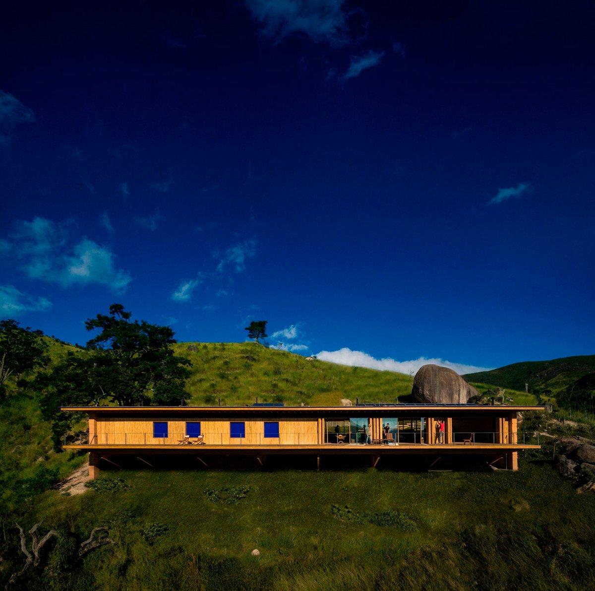 Деревянный дом на сваях
