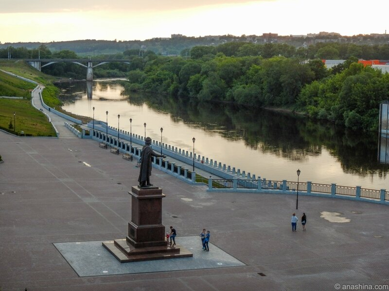 Памятник князю Владимиру на набережной Днепра, Смоленск