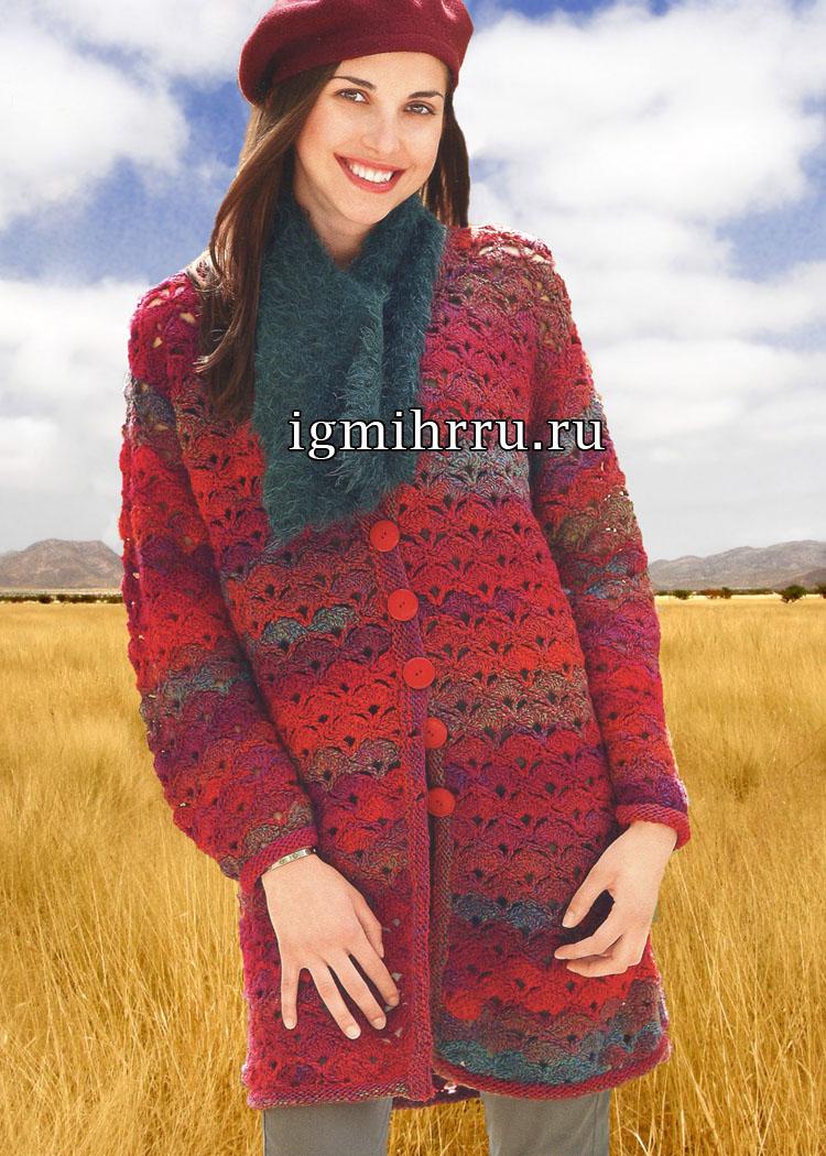Для межсезонья. Удлиненный красный жакет с узором из ракушек, дополненный шарфом. Вязание крючком и спицами