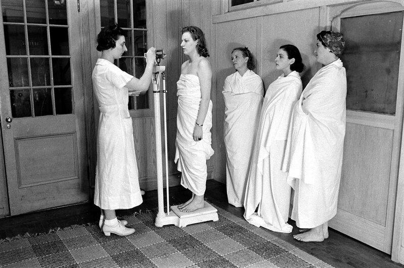Массаж и взвешивание или Фитнес и спа 1930-х годов