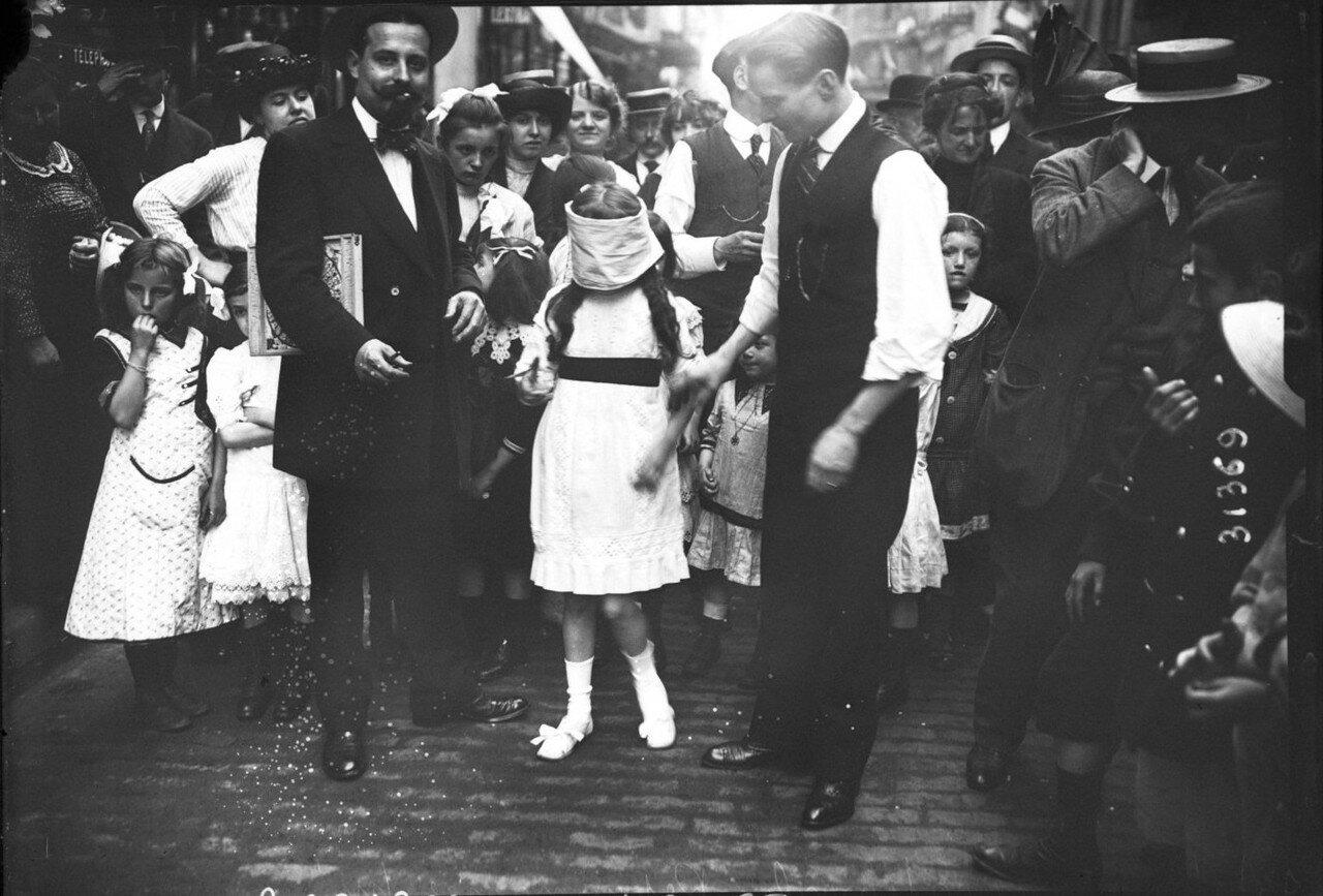 1932. Девочка с завязанными для игры глазами