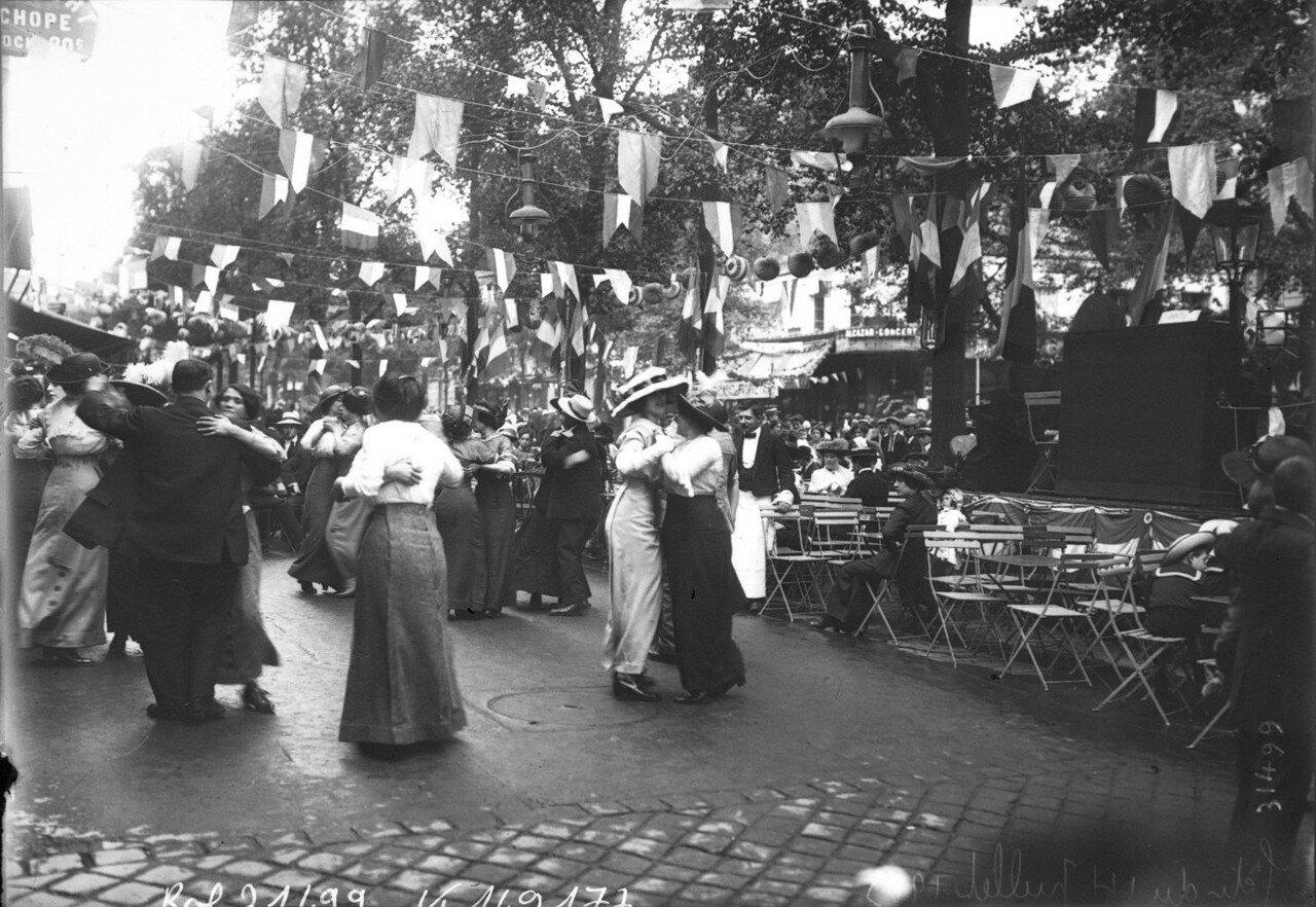1913. Танцы на улице